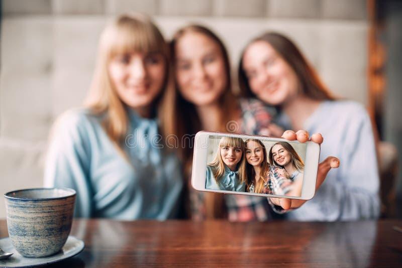 Tres novias hacen el selfie en cámara en café imágenes de archivo libres de regalías