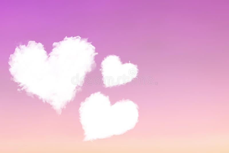 Tres nubes de corazones en un cielo púrpura-rosado foto de archivo