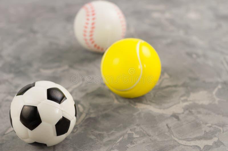 Tres nuevos balones de fútbol de goma suaves y del tenis y del béisbol imagenes de archivo