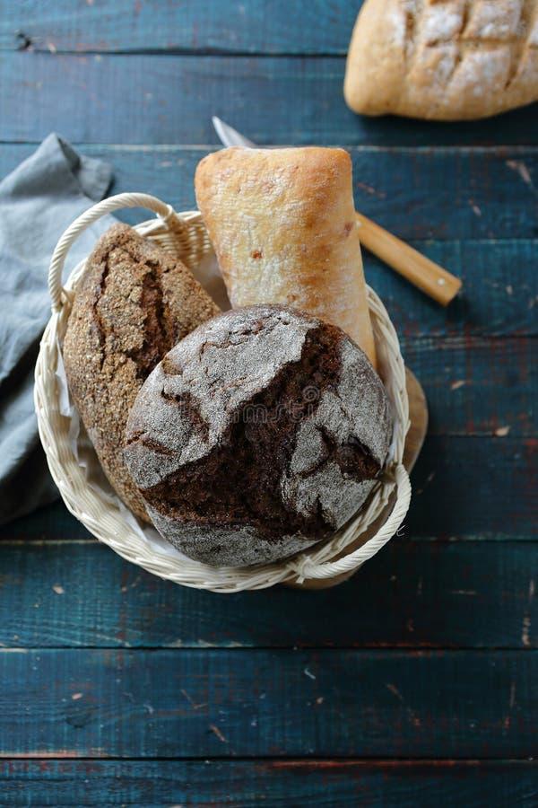 Tres panes en cesta foto de archivo