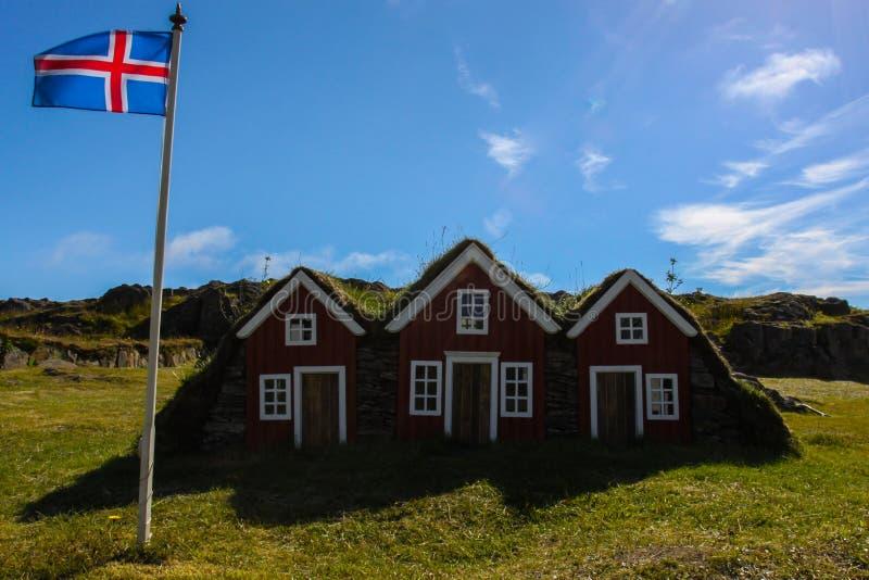 Tres pequeñas casas en Islandia fotografía de archivo libre de regalías