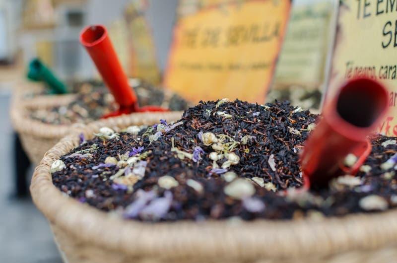 Tres pequeñas palas dentro de diversas mezclas del té foto de archivo