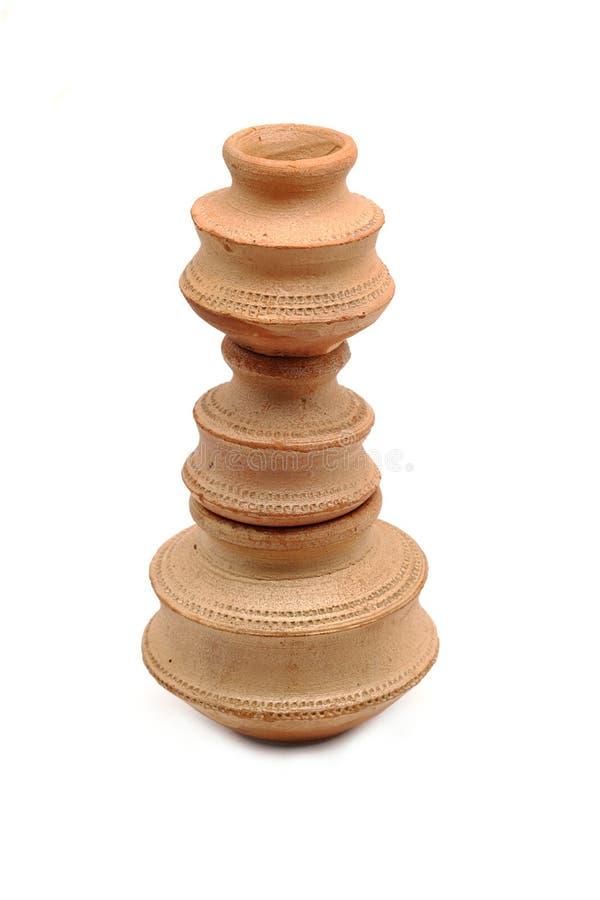Tres pequeños potes de arcilla arreglaron uno sobre otro tiro en b blanco foto de archivo libre de regalías