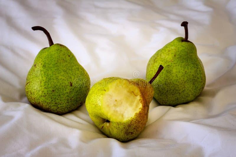 Tres peras en una tela foto de archivo