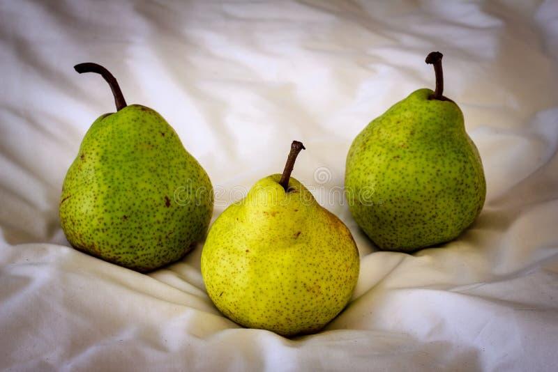 Tres peras en una tela fotografía de archivo