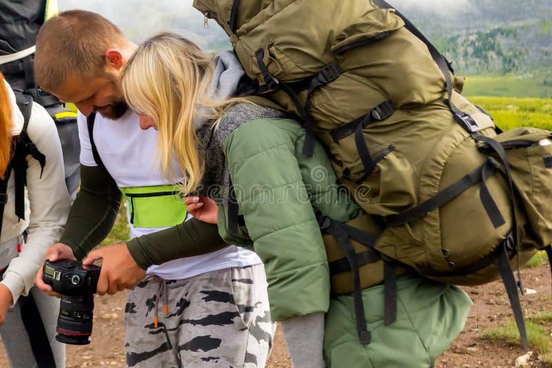 Tres personas jovenes de los amigos de los turistas un hombre y dos mujeres rubios imagen de archivo