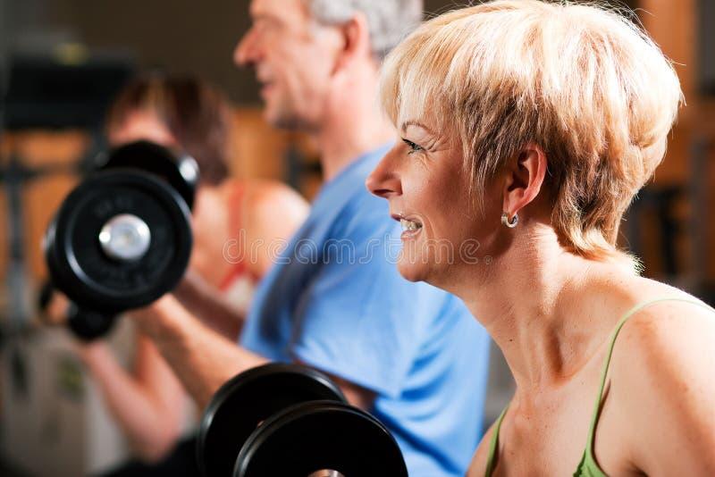 Tres personas mayores en gimnasia imagen de archivo