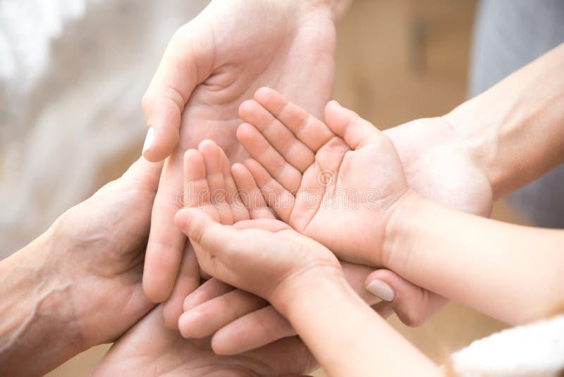 Tres pilas caucásicas de la persona que sus palmas se cierran para arriba imagen de archivo libre de regalías