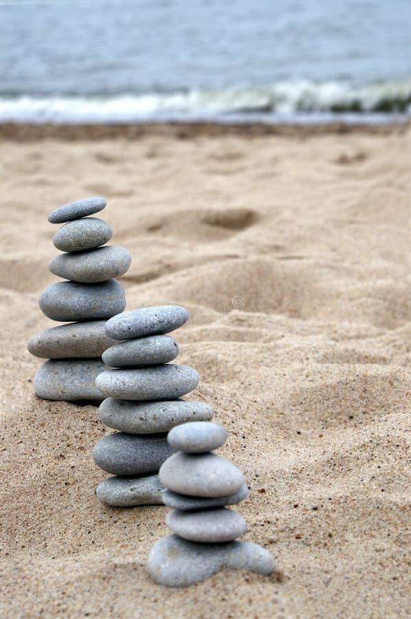 Tres pilas de piedras equilibradas imágenes de archivo libres de regalías