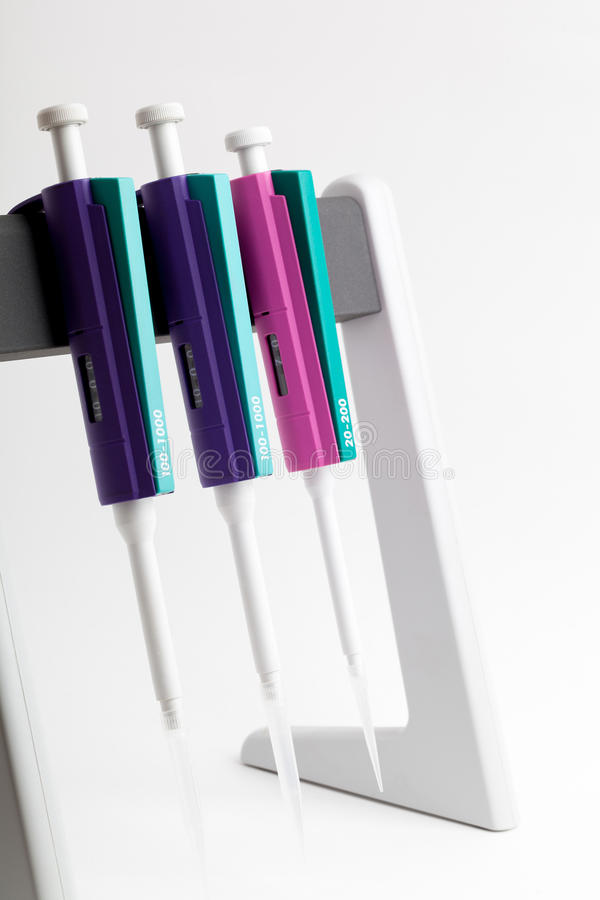 Tres pipetas en un soporte fotos de archivo