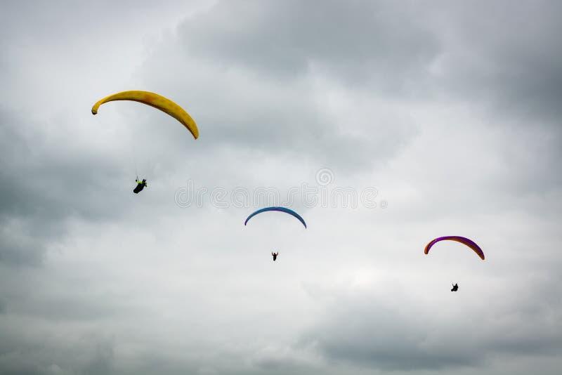 Tres planeadores de caída en Dunstable tragan en día nublado fotos de archivo