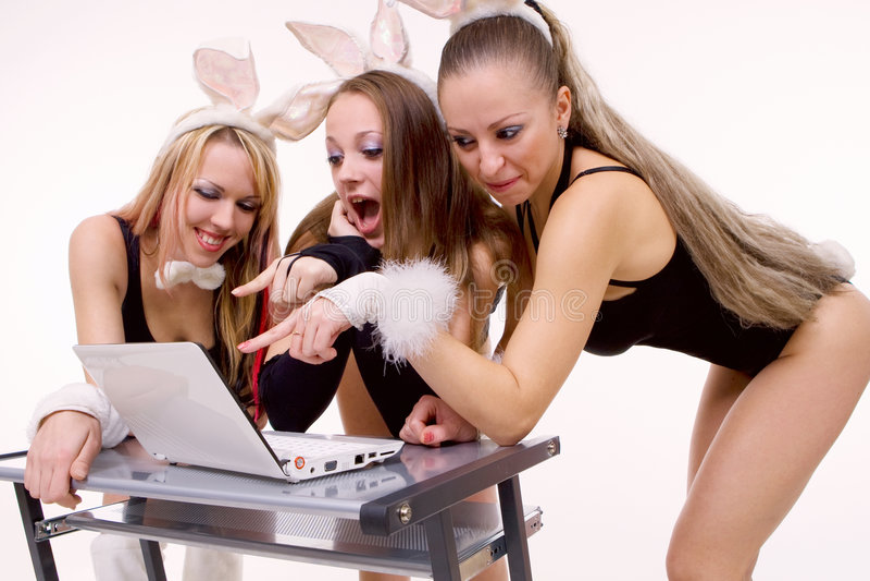 Tres playgirls atractivos con los oídos del conejito aislados fotos de archivo