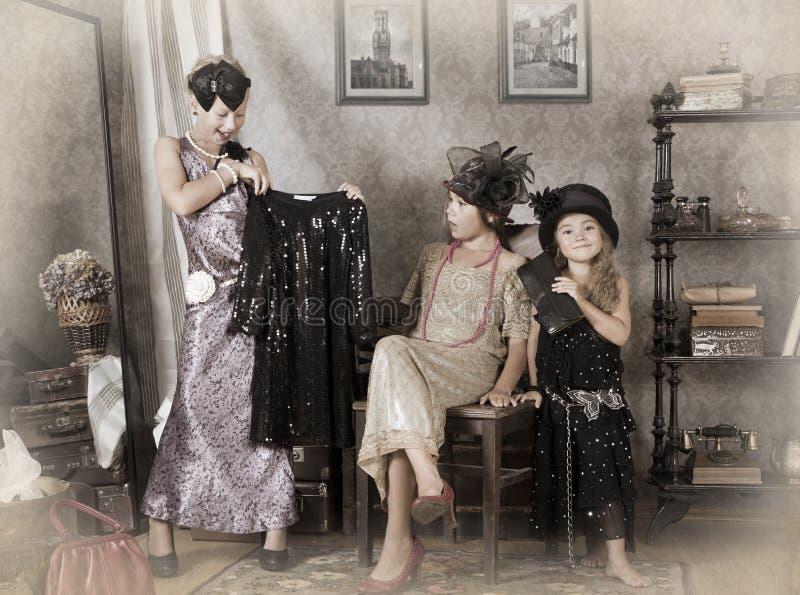 Tres pocas muchachas de la Viejo-moda imagen de archivo