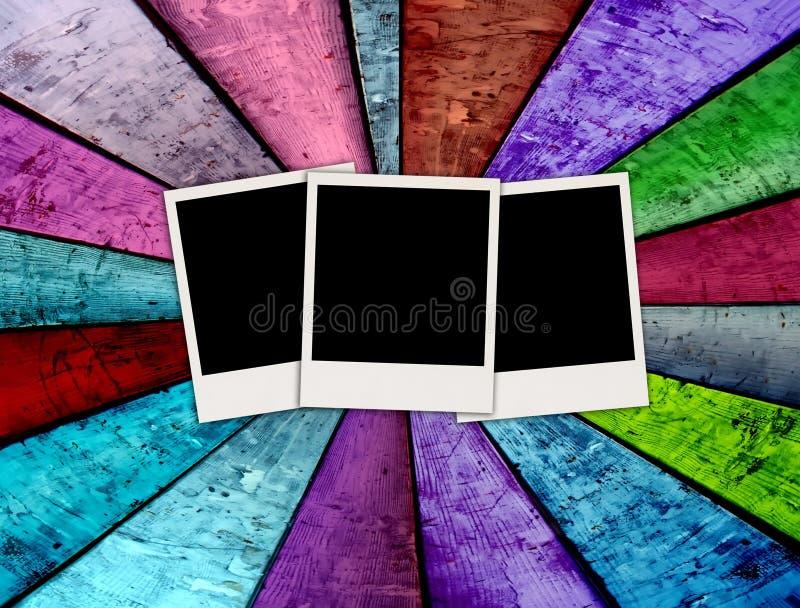 Tres polaroides en blanco en fondo de madera fotografía de archivo libre de regalías