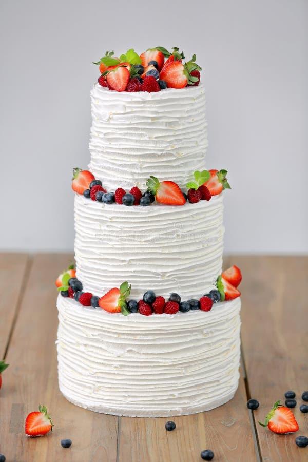 Tres porciones de pastel de bodas desnudo con las frutas y las bayas imágenes de archivo libres de regalías