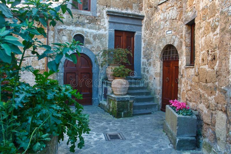 Tres puertas ocultadas en un patio del ladrillo foto de archivo