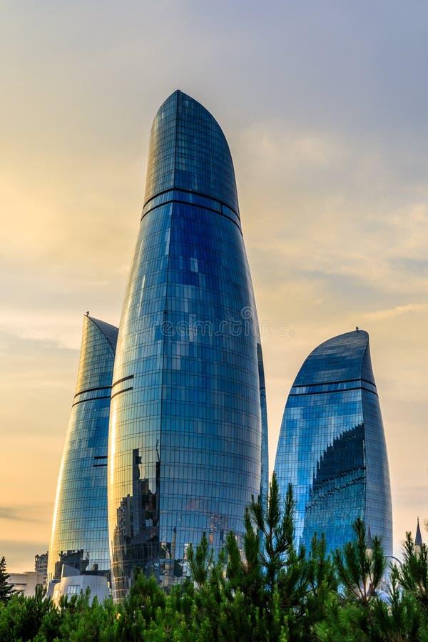 Tres rascacielos de las torres de la llama en la puesta del sol en el centro de ciudad, foto de archivo libre de regalías