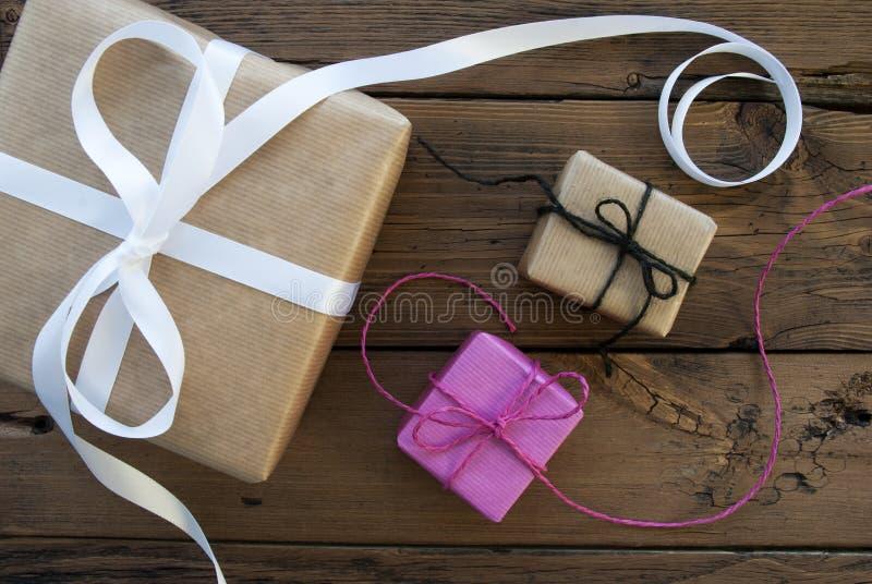 Tres regalos con la cinta foto de archivo