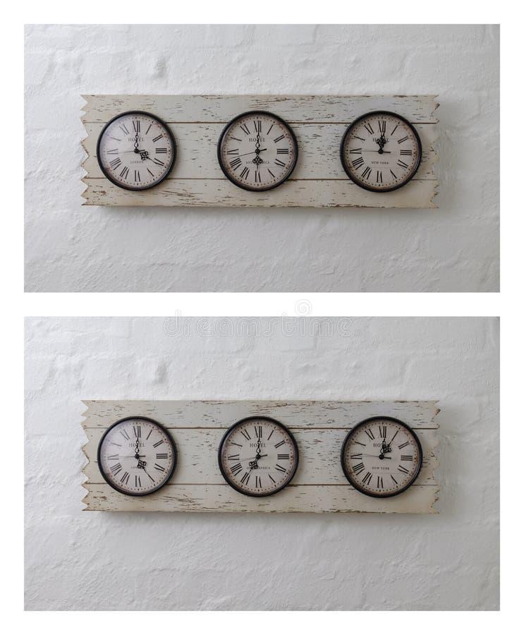 Tres relojes de viaje de la pared en zonas de momento diferente fotografía de archivo libre de regalías