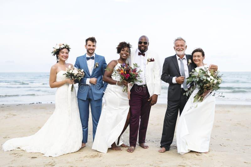 Tres se casan nuevamente pares en la playa imagen de archivo libre de regalías