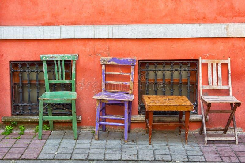 Tres sillas multicoloras viejas fotografía de archivo