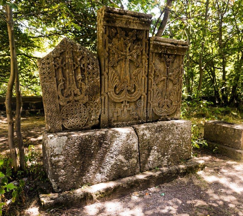 Tres tallaron cruces de piedra armenias fotos de archivo