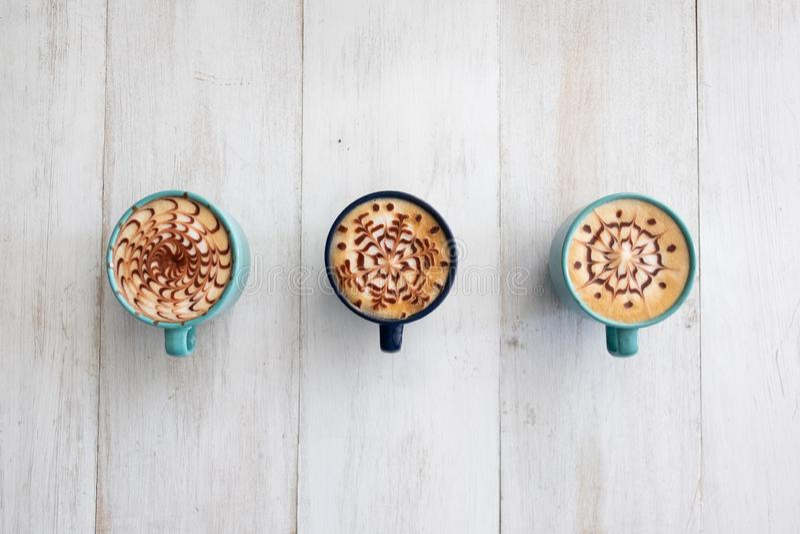 Tres tazas de café dispuestas simétricamente y alistan para compartir imagen de archivo