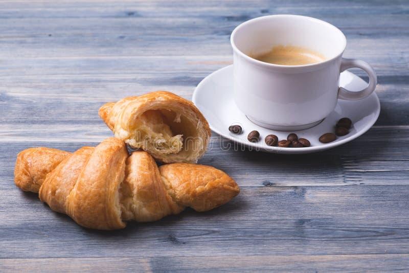 Tres tazas de coffe y de croissants imágenes de archivo libres de regalías