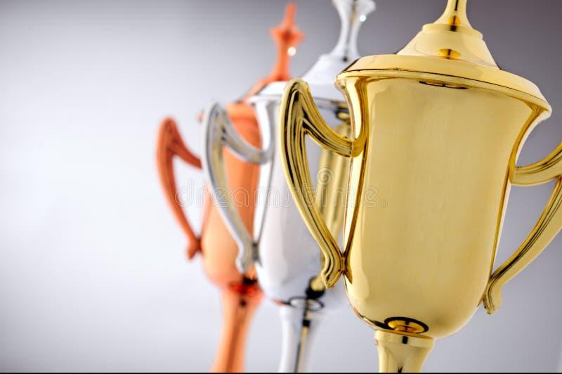 Tres tazas del trofeo en oro, plata y bronce fotos de archivo