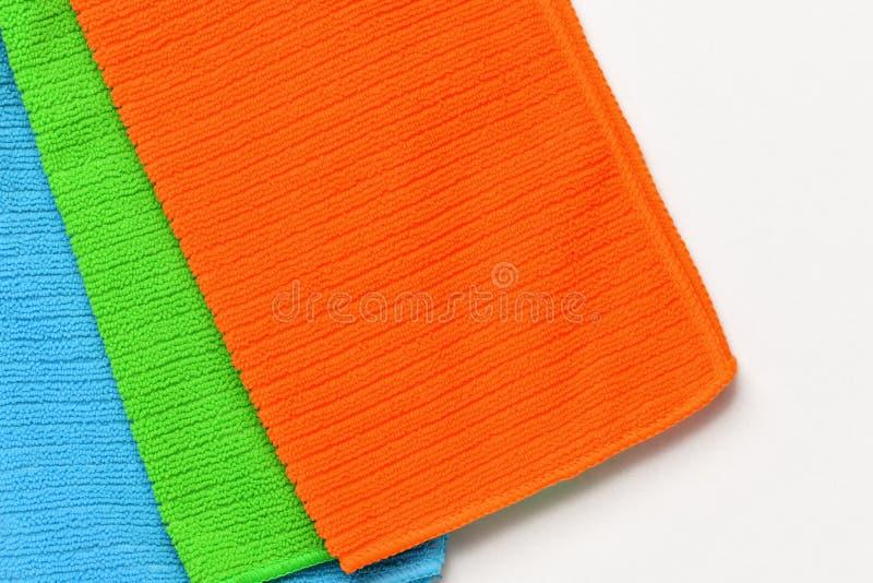 Tres toallas multicoloras mentían en un fondo blanco foto de archivo