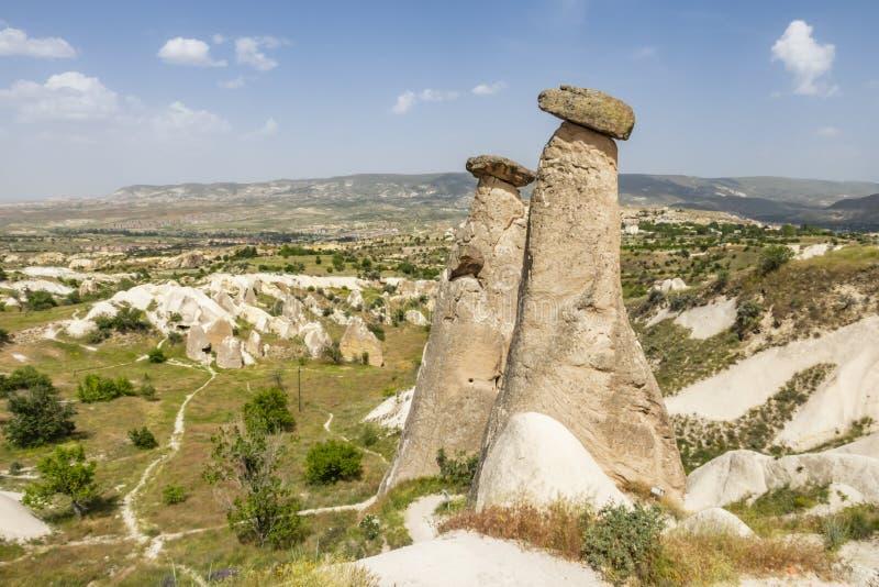 Tres tolerancias son las tres chimeneas de hadas brillantes situadas en Urgup, distrito de Nevsehir ?l foto de archivo