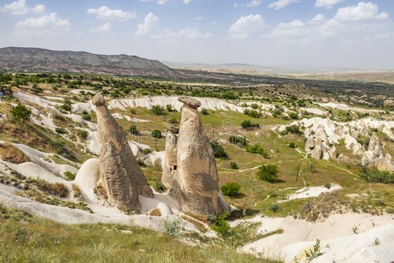Tres tolerancias son las tres chimeneas de hadas brillantes situadas en Urgup, distrito de Nevsehir ?l imagen de archivo