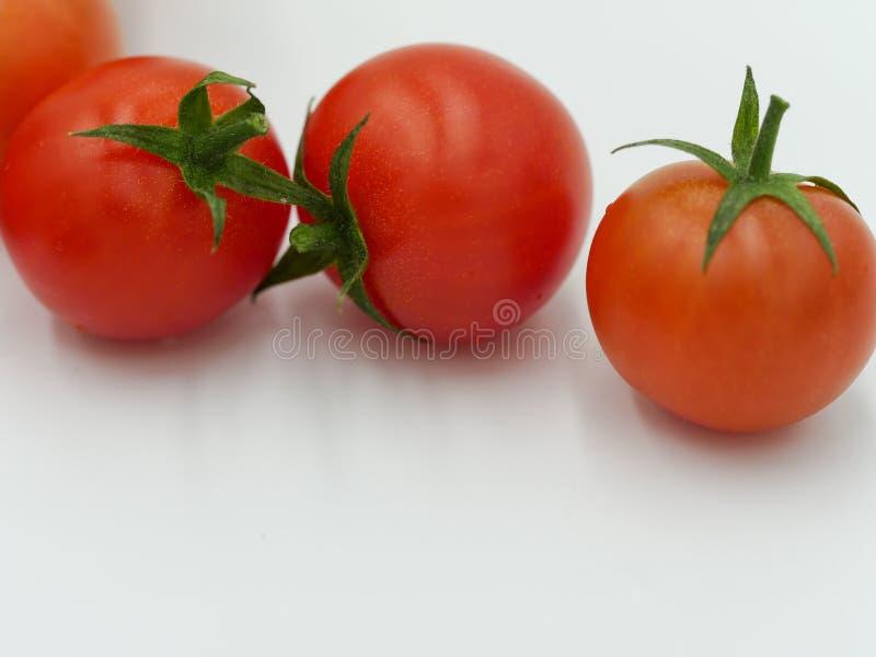 Tres tomates de cereza orgánicos fotografía de archivo