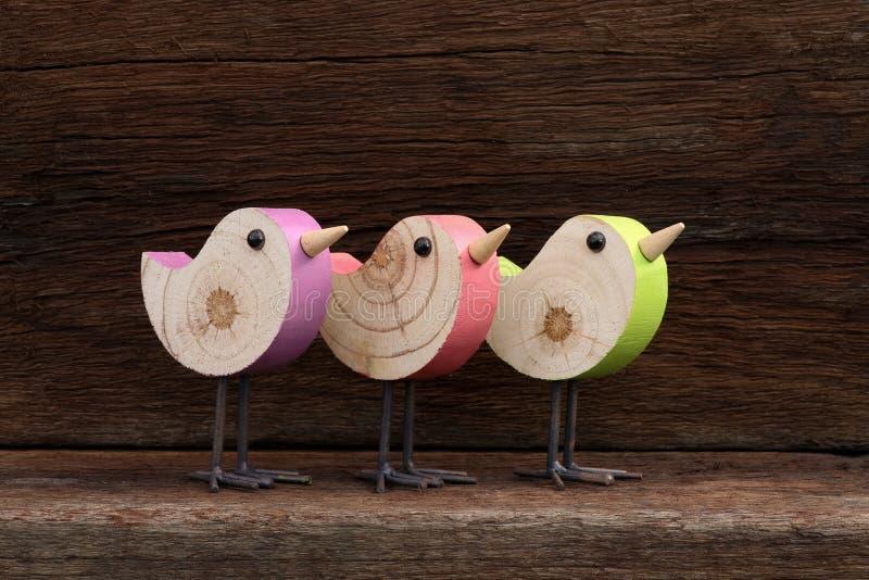 Tres Toy Birds Decoration Rough Background de madera imagen de archivo libre de regalías