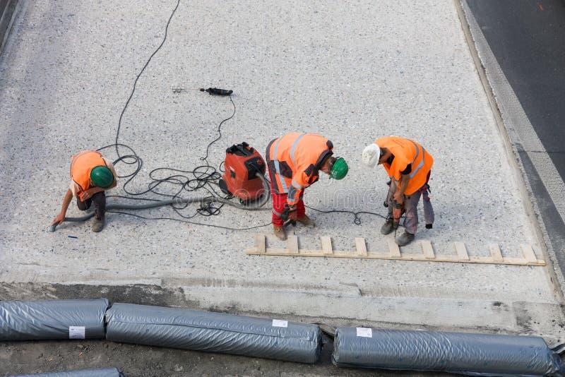 Tres trabajadores del camino imagen de archivo