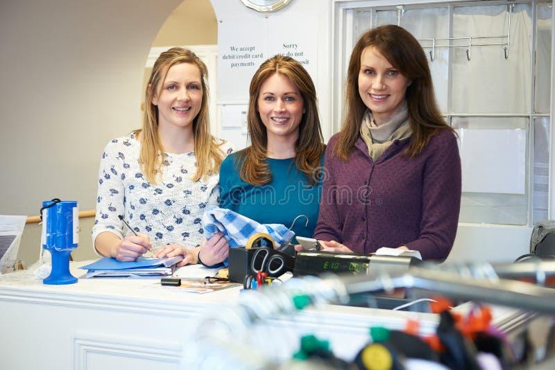 Tres trabajadores voluntarios de sexo femenino en tienda de la caridad fotos de archivo libres de regalías
