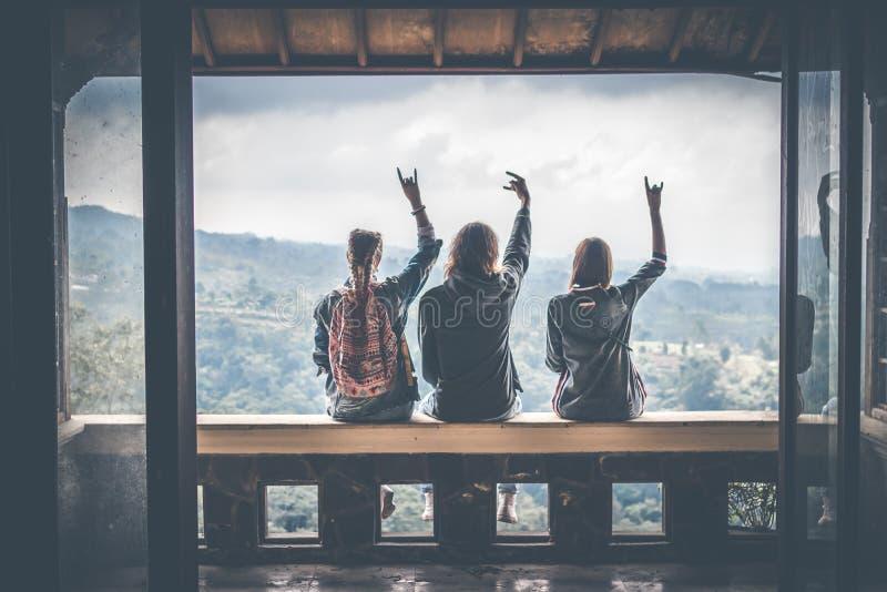 Tres turistas en hotel abandonado en el norte de la isla de Bali, Indonesia fotos de archivo