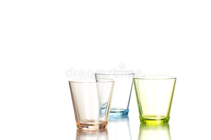 Tres vasos de medida en el fondo blanco foto de archivo