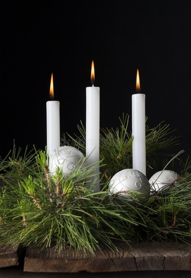 Tres velas blancas de Navidad adornan 2 fotografía de archivo libre de regalías