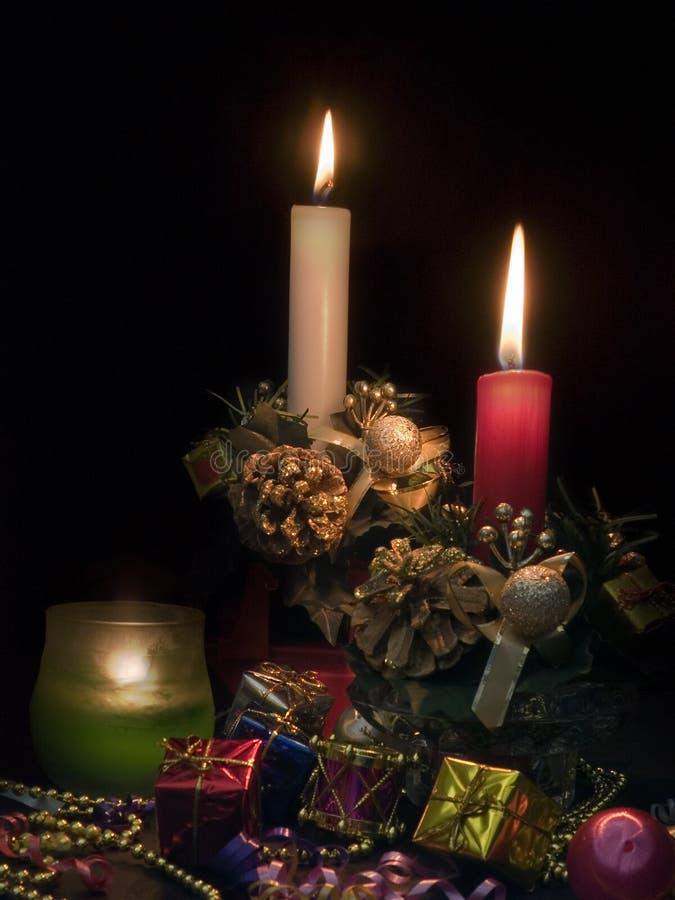 Tres velas en el fondo negro imagenes de archivo