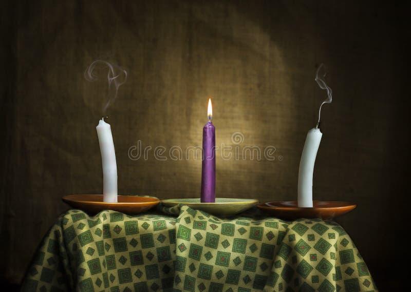 Tres velas simbolizan esperanza a la epilepsia y a la salud imagen de archivo libre de regalías