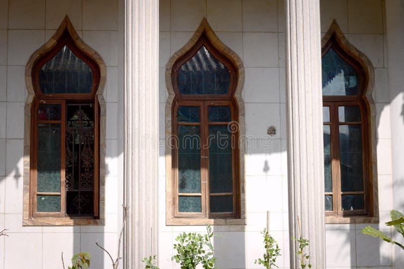 Tres ventanas orientales en el templo budista fotografía de archivo libre de regalías