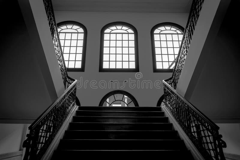 Tres ventanas y tres escaleras imagenes de archivo