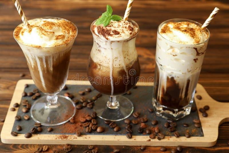 Tres vidrios de diversas bebidas frías del café foto de archivo