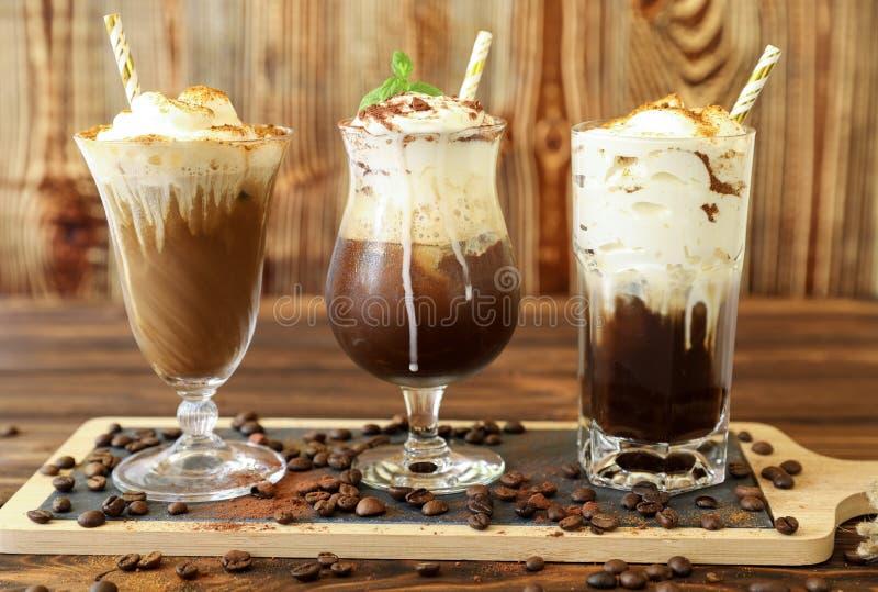 Tres vidrios de diversas bebidas frías del café fotografía de archivo