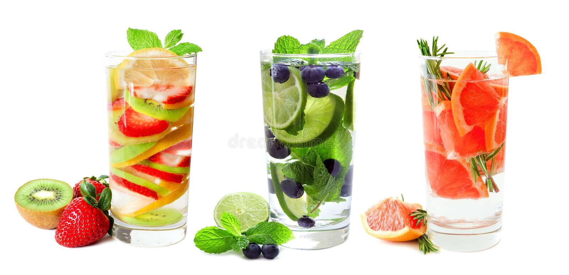 Tres vidrios de fruta infundieron el agua aislada en blanco imagenes de archivo