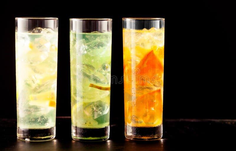 Tres vidrios de highball llenados de las bebidas del cóctel fotos de archivo