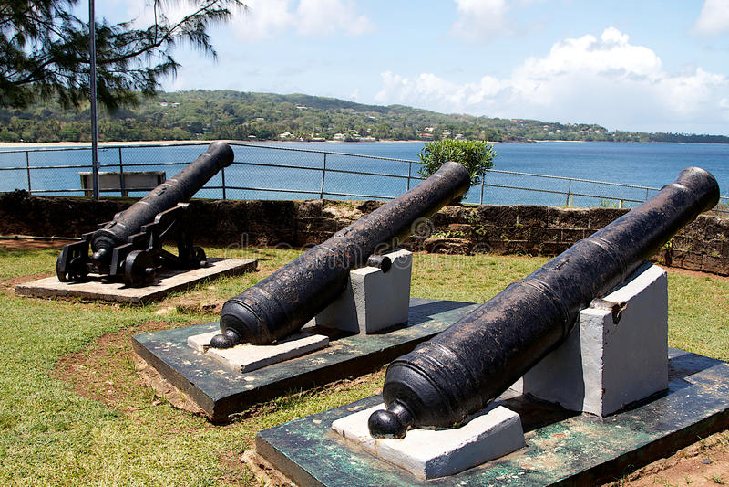 Tres viejos canones en el fuerte Jekabs, Plymouth, Trinidad y Tobago fotos de archivo libres de regalías