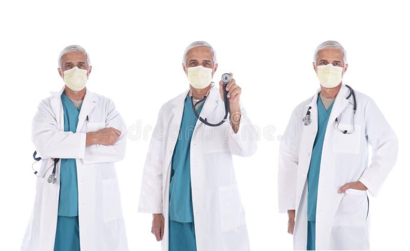 Tres vistas de un médico maduro usando un abrigo de laboratorio, exfoliaciones quirúrgicas y máscaras en diferentes poses, aislad imagen de archivo libre de regalías