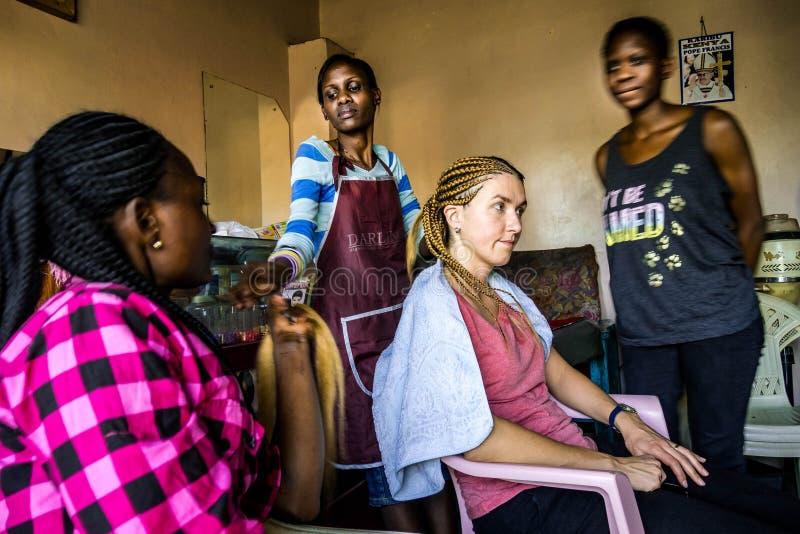 Tressage dans le salon de coiffeur à Nairobi, Kenya photographie stock libre de droits